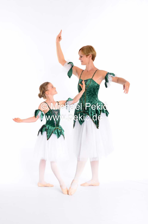 Mutter und Tochter posieren in Ballettpose einander zugewandt und schauen sich dabei an