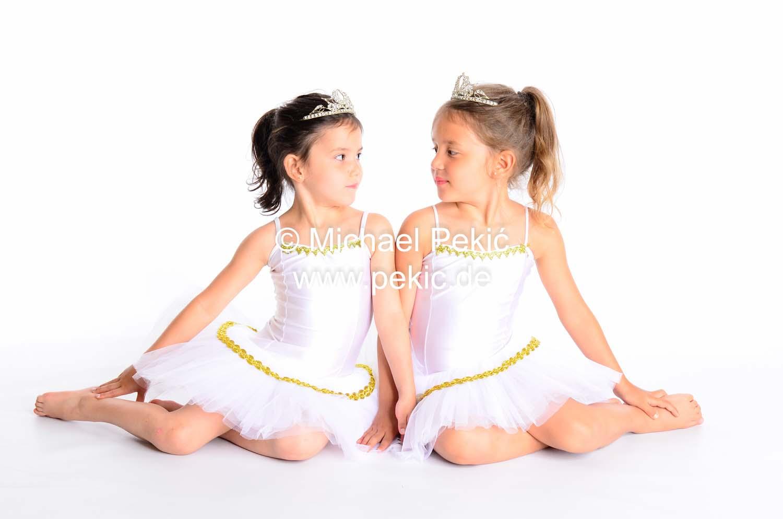 Zwei Mädchen als Prinzessinnen verkleidet mit Krone, schauen sich an